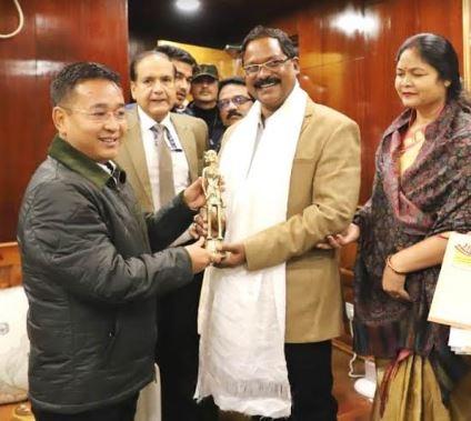 श्री अमरजीत भगत ने सिक्किम के मुख्यमंत्री  श्री प्रेम सिंह तमांग को दिया