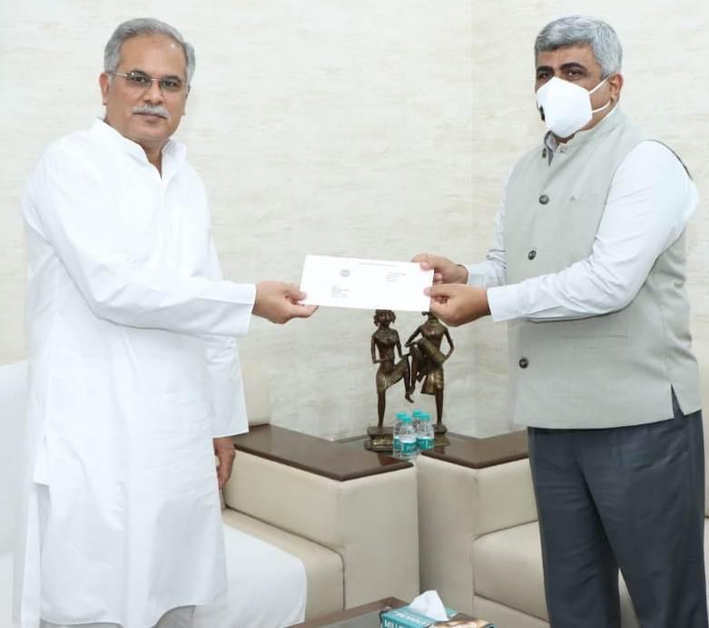 मुख्यमंत्री को छत्तीसगढ़ राज्य ग्रामीण बैंक के अध्यक्ष ने 20 लाख रूपए का चेक सौंपा