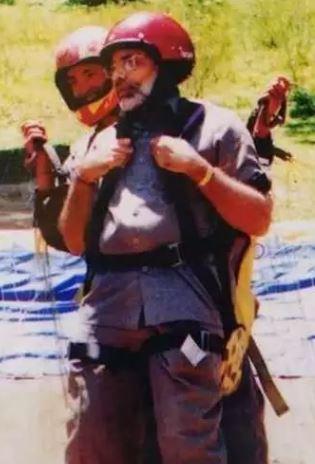 दुर्लभ तस्वीरें नरेंद्र मोदी जब मनाली में खूब पैराग्लाइडिंग करते थे