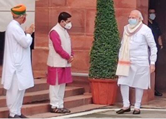 प्रधानमंत्री नरेन्द्र मोदी ने सत्र शुरू होने से पहले पत्रकारों को संबोधित किया.