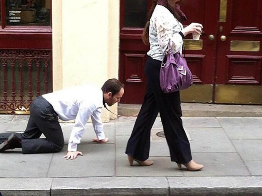 कनाडा: महिला ने पति को पट्टे पर रखा, कर्फ्यू नियमों से बचने के लिए उसे 'चलता है'
