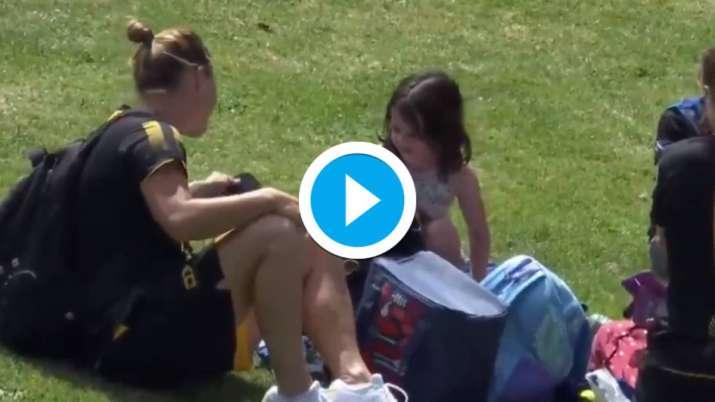 देखो: सोफी डिवाइन का शॉट एक छोटी लड़की को हिट करता है;  बल्लेबाज एक अच्छा इशारा में उस पर जाँच करता है