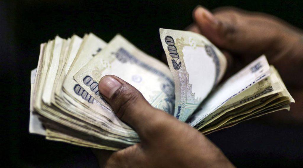 शुरुआती कारोबार में रुपया अमेरिकी डॉलर के मुकाबले 4 पैसे फिसलकर 73.44 के स्तर पर खुला