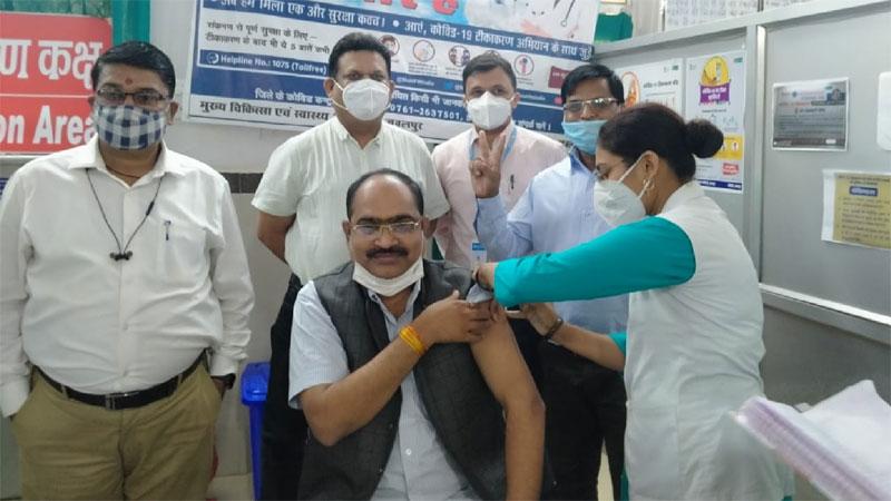 आयुक्त नि:शक्तजन ने लगवाया टीका